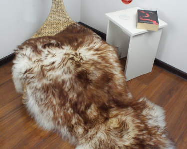 "BIG SHEEPSKIN 48 ""x 28"" Brown Mouflon Throw Genuine leather Sheep Skin Decorative rug Natural comfy, cozy, hair is very thick, shiny !"